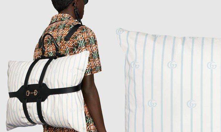 GUCCI推出一個像是枕頭背帶的幽默物件。圖/GUCCI提供