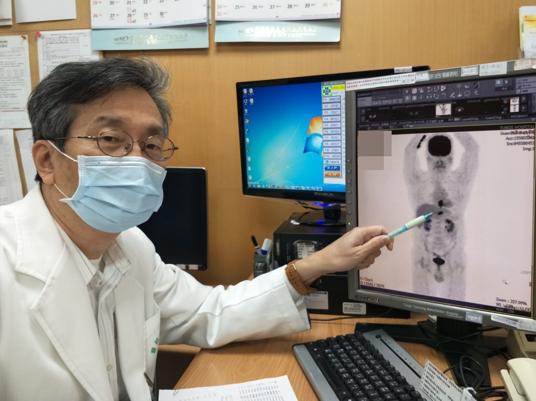 童醫院放射腫科主任葉啟源筆指處,是患者下食道靠近胃部位置之腫瘤。圖/童醫院提供