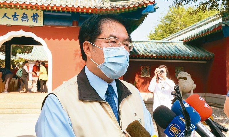 新冠肺炎疫情使防疫酒精成為搶手物資,台南市長黃偉哲前往調整產線投產的民營酒廠視察生產情況,並感謝業者投入。聯合報系資料照/記者修瑞瑩攝影