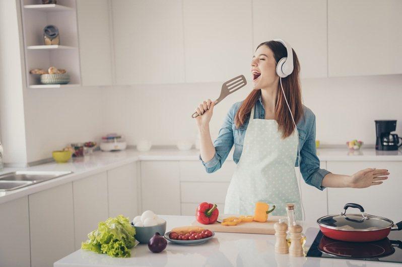 亞太電信與料理生活平台「愛料理」合作,月付79元可享「愛料理」VIP方案,提供超過20萬道以上食譜與「一周菜單」。圖/亞太電信提供