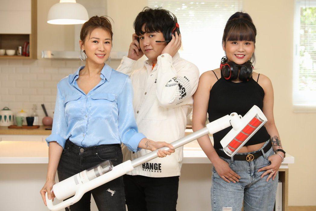 麥克風小天王蘇友謙(中)走過人生谷底,邀請連靜雯(左)和丟丟妹一起直播賣新產品。