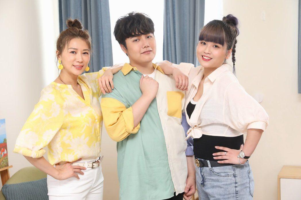 麥克風小天王蘇友謙(中)走過人生谷底,邀請連靜雯(左)和丟丟妹一起直播賣新產品。...