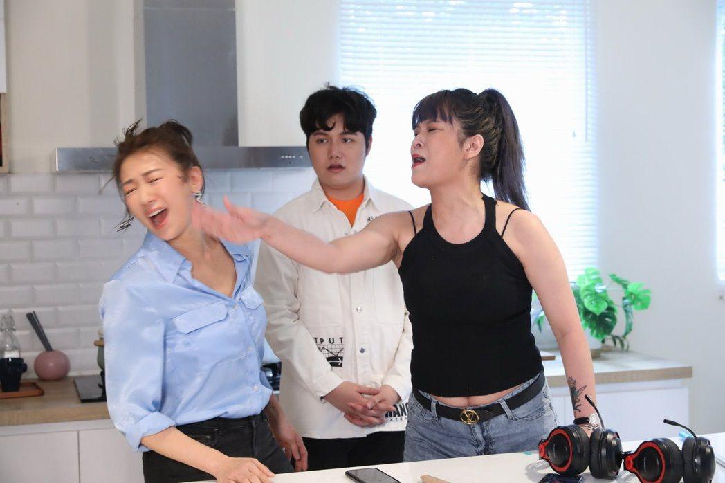 麥克風小天王蘇友謙(中)走過人生谷底,邀請連靜雯(左)和丟丟妹一起直播賣新產品並...