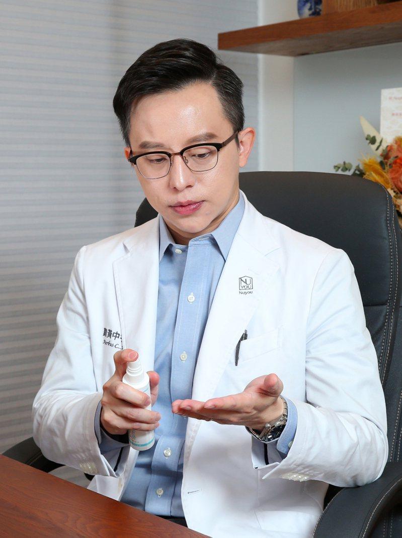 防疫期間優先勤洗手,外出不方便時可用白因子肌膚清潔防護液輔助清潔。記者林澔一/攝影