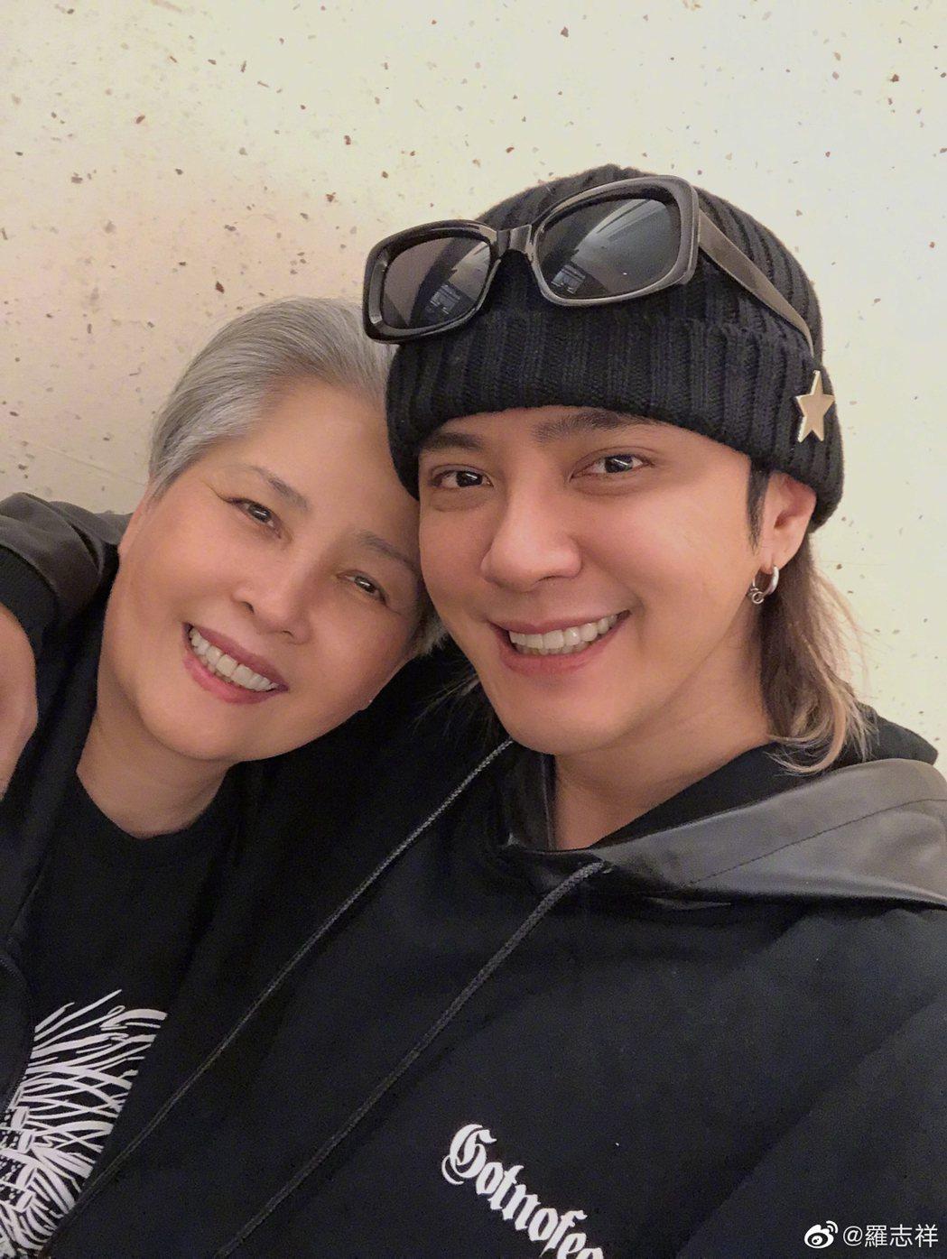 羅志祥(右)和媽媽感情非常緊密。圖/摘自微博