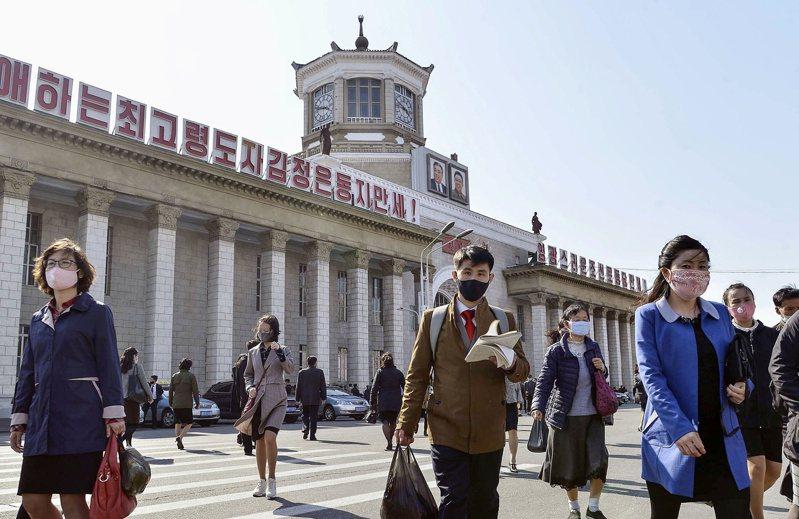 北韓領導人金正恩罕見缺席太陽節後多日未現身,被外媒指手術失敗命在旦夕,引發流言滿天飛。美聯社在平壤街頭實地拍攝,則發現民眾生活一如往常,未有出現騷動。共同社/路透