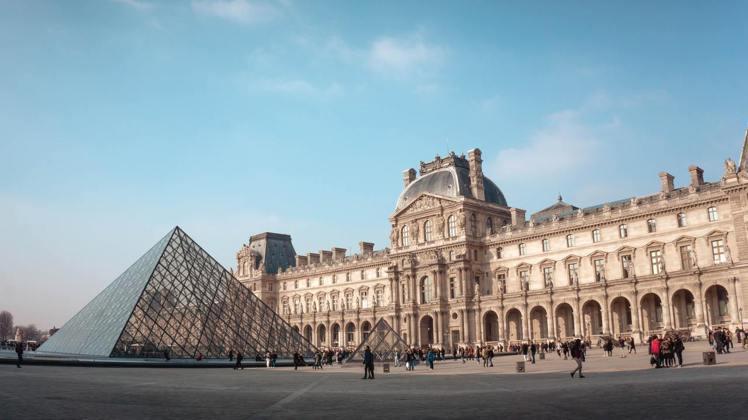 走入法國羅浮宮廣場享受建築之美。圖/Agoda提供
