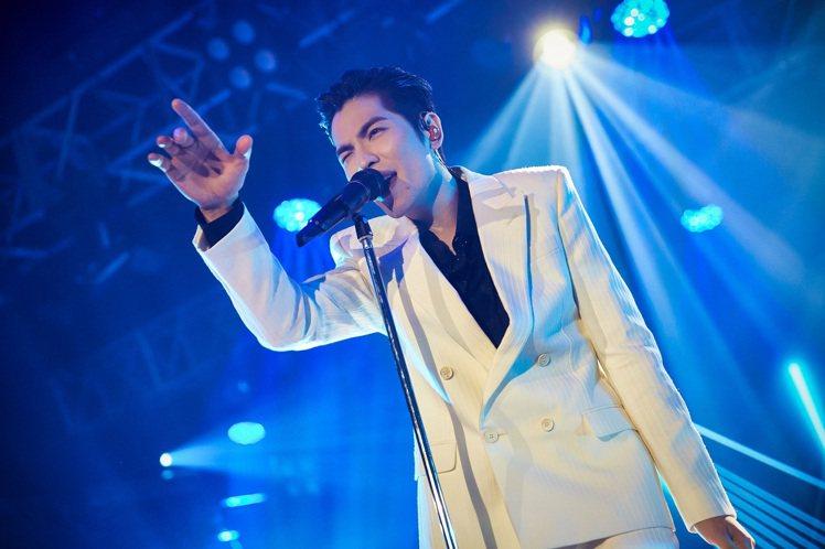 蕭敬騰在《歌手·當打之年》舞台演出,穿了SAINT LAURENT春夏白色西裝。...