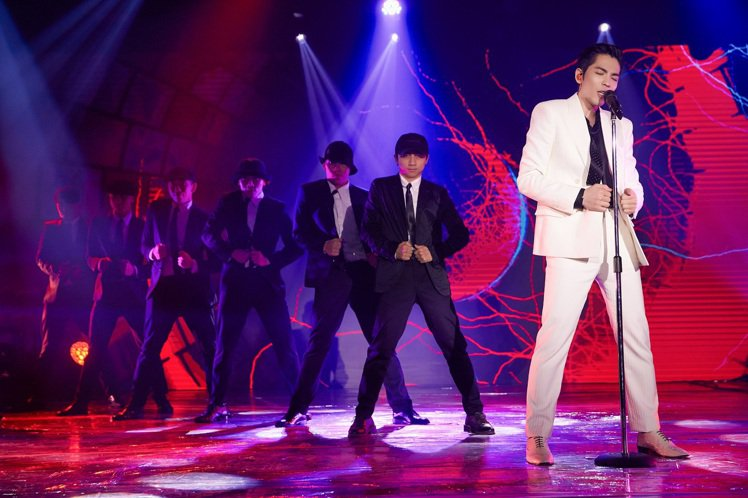 蕭敬騰在《歌手·當打之年》舞台演出,身穿SAINT LAURENT白色西裝。圖/...