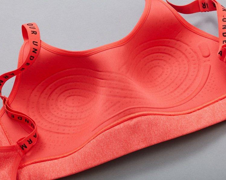 UA Infinity 運動內衣,於罩杯內側印有無限符號「∞」壓紋,提升緩震與包...