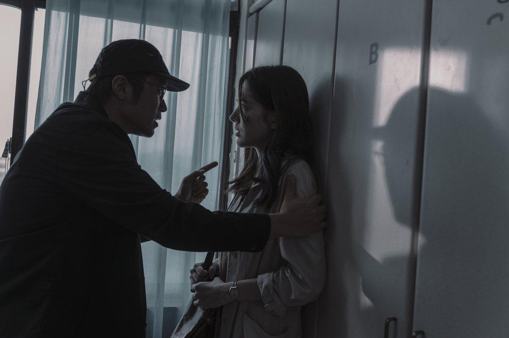 許瑋甯(右)、張孝全主演「誰是被害者」。圖/Netflix提供