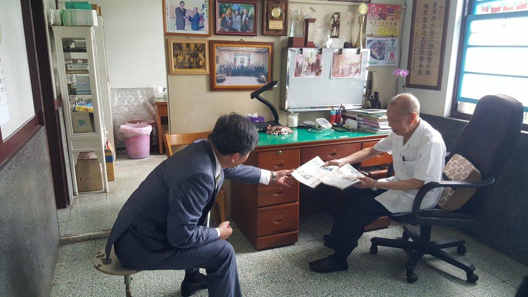 去年9月間總統蔡英文專程到福基診所探訪謝春梅(右),衛福部長陳時中先到診所與他閒...