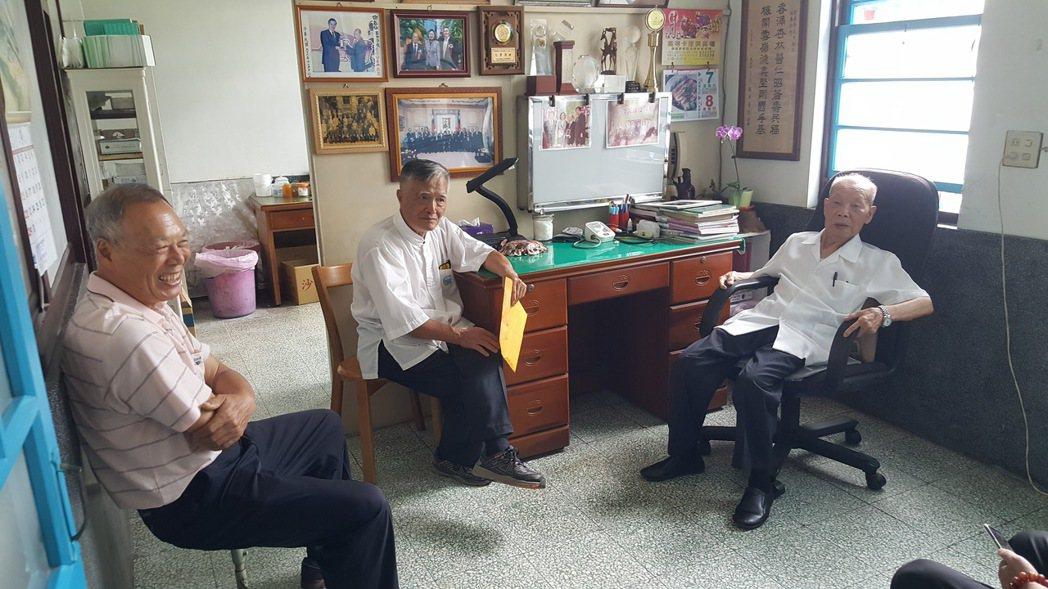 去年9月間總統蔡英文專程到福基診所探訪謝春梅(右一),他與曾鴻文、彭鈺明等晚輩友...