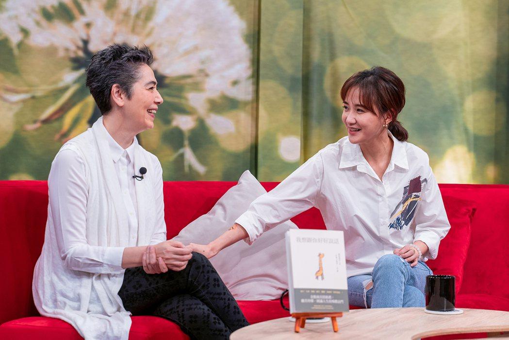 何妤玟(右)和賴佩霞一同上「今天大小事」。圖/MOMOTV提供