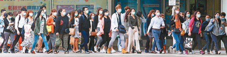 疫情迄今三個多月,昨首次連續四天「零確診」,指揮官陳時中表示,防疫防線退到個人,希望國人均能養成戴口罩習慣。 記者侯永全/攝影