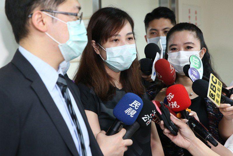 台北市議員應曉薇(右)昨邀受害者家屬代表(中)、律師及市府代表出席錢櫃大火受災民眾權益自救會議,業者受邀但並未派代表出席。 記者林俊良/攝影