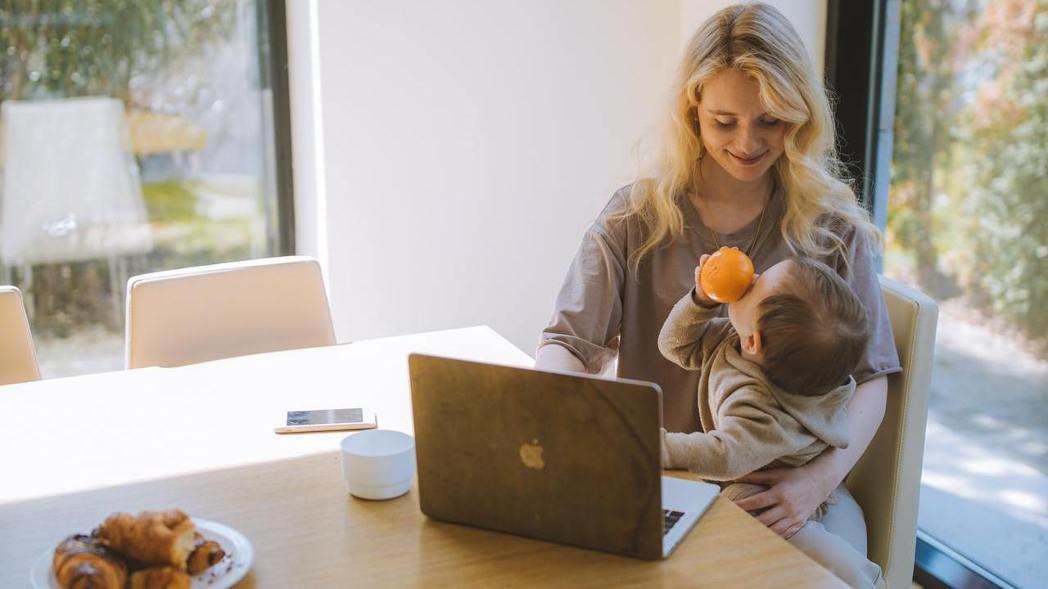 Work-From-Home(WFH)對上班族父母是艱鉅,但幸福的。 pexel...