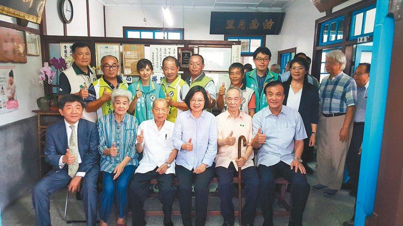 去年9月間蔡英文總統專程到福基診所探訪謝春梅(左三)。 聯合報系資料照片