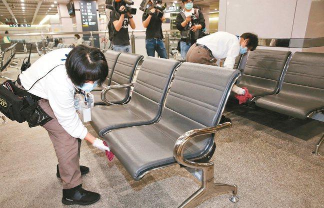 加強五一勞動節連假防疫疏運,台灣高鐵各車站加強清潔消毒,清潔人員針對座椅、售票櫃...