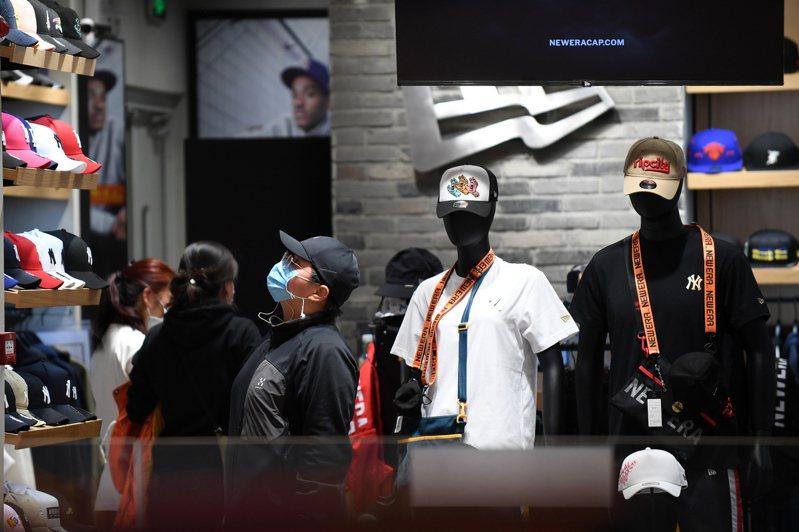 4月29日,北京,市民在一商場內選購帽子。當日,北京市人民政府副秘書長陳蓓29日在發佈會上表示,自4月30日零時起,將北京突發公共衛生事件一級響應調整為二級。 中新社