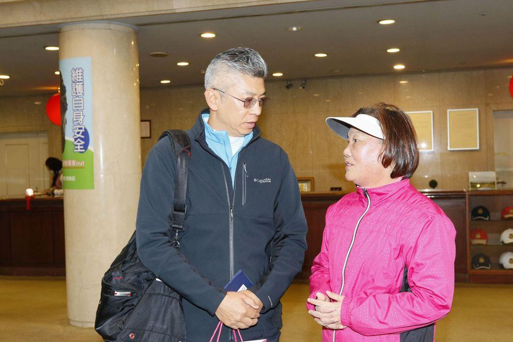 TLPGA理事長劉依貞(右)非常感謝再興球場總經理李翔麟在這疫情敏感時刻,提供狀...