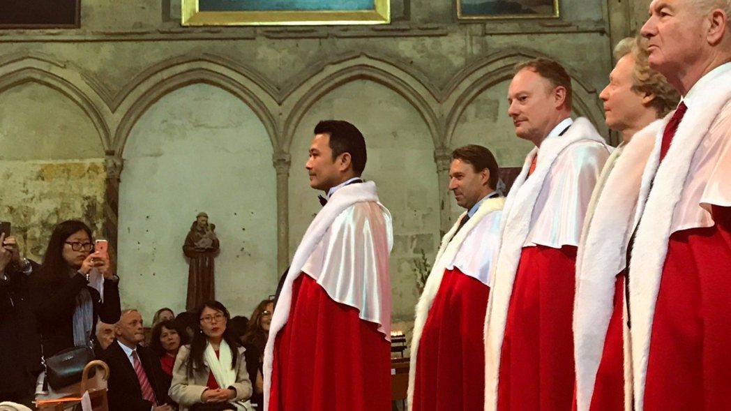 身披鲁拉德骑士團红袍的呂政璋(左一)参加授勛儀式。 吳青常/翻攝