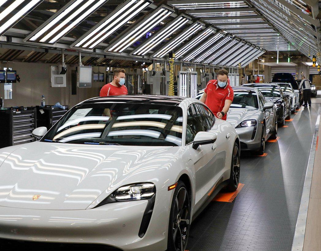 生產線全面制定多重配套措施:如生產線工作人員規範工作區域至少須相隔1.5公尺,遵...