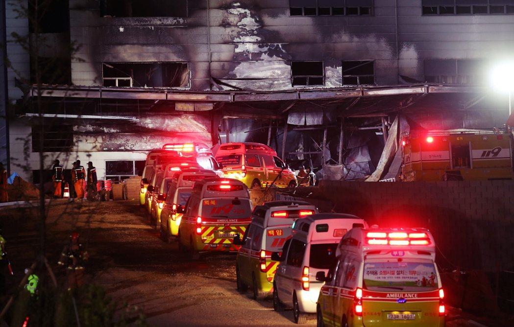 目擊者表示,在大批消防隊趕來之前,火場建築內「至少傳出了10次爆炸巨響」。 圖/...