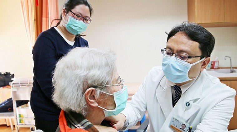 花蓮慈濟醫院血液腫瘤科主任王佐輔(右),檢查吳阿嬤的淋巴。圖/花蓮慈濟醫院提供