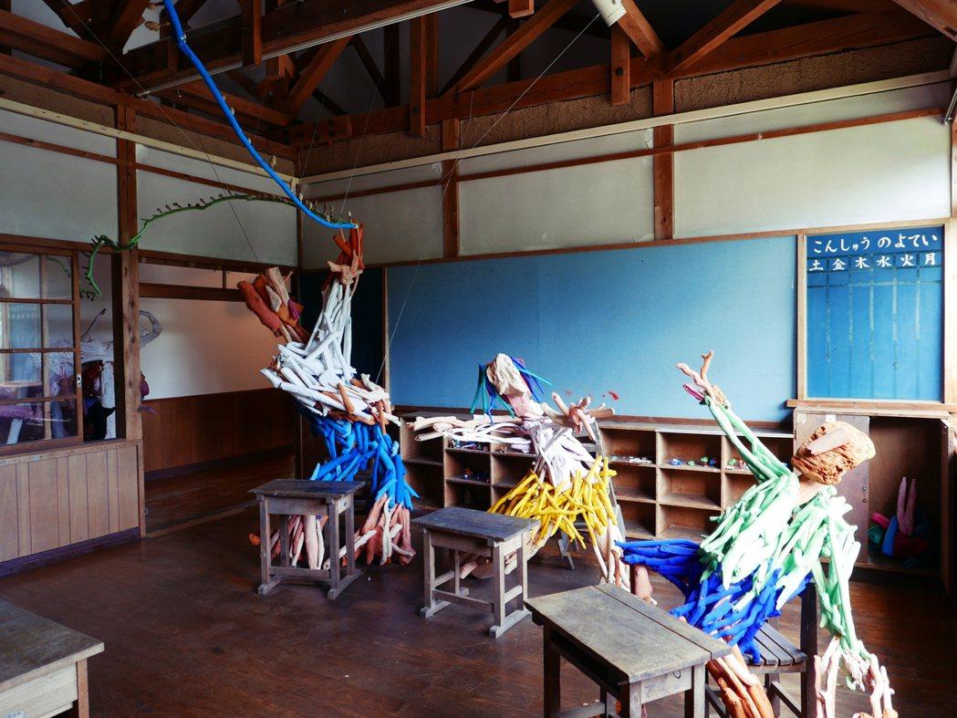 2009年繪本作家田島征三,讓繪本裡的色彩在校舍裡立體化,有別於多數廢棄校舍蕭條...