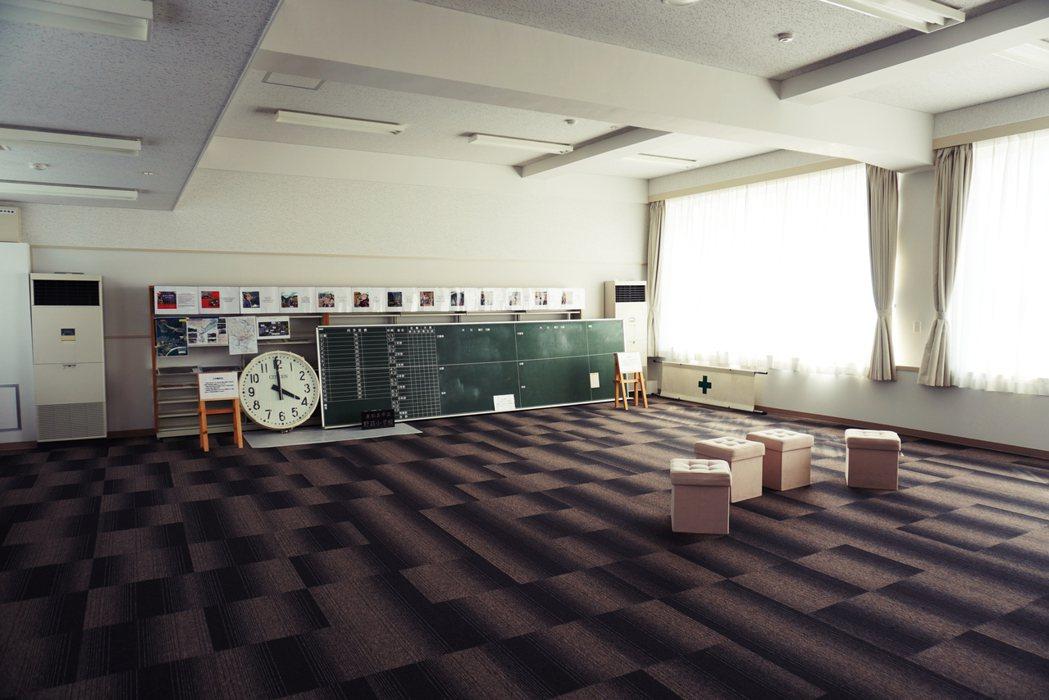 沿著牆壁擺放的黑板、校鐘,據說維持在海嘯席捲過後的原樣,黑板上的內容模糊難辨。 ...