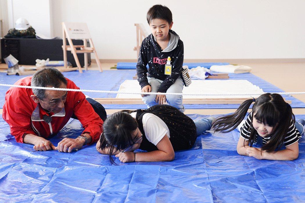 透過教學、互動或團體活動,也能讓大人小孩練習生火、野外求生繩結或簡易製作擔架等防...