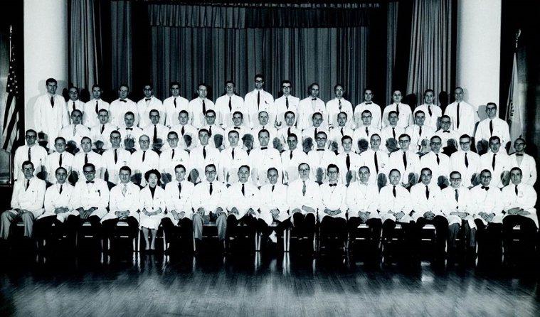 彭汪嘉康(前排左5)在美國國家衛生研究院工作時,是第一位發現血癌染色體變異的研究...