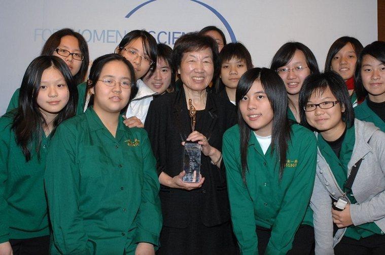 2008年彭汪嘉康獲頒第一屆「傑出女科學家獎」,與到場觀禮的北一女學生合影。 圖...