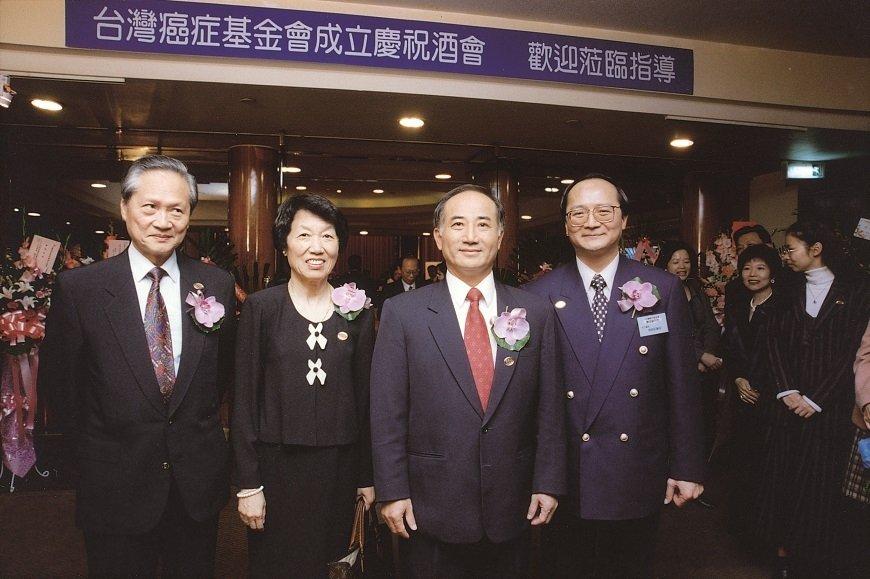 彭汪嘉康(左二)於成立台灣癌症基金會,距今23年,引進許多健康飲食觀念。 圖/取...