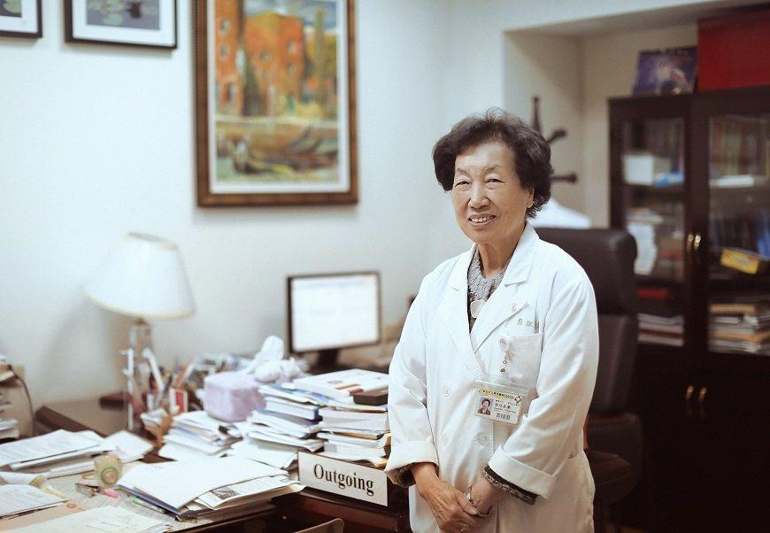 88歲的彭汪嘉康,迄今看診、研究不懈,圖為萬芳醫院的辦公室。 圖/取自50+(F...