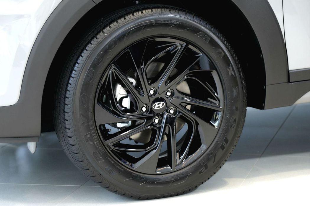價值三萬的Tucson Shadow Shine夜幕跑旅套件18吋炫黑渦輪式鋁圈...