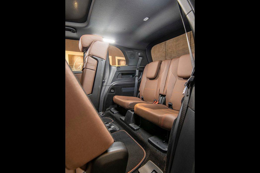 賓士GLB提供「第三排雙人可收折座椅」可選(選配價格61,000元台幣),增加兩...