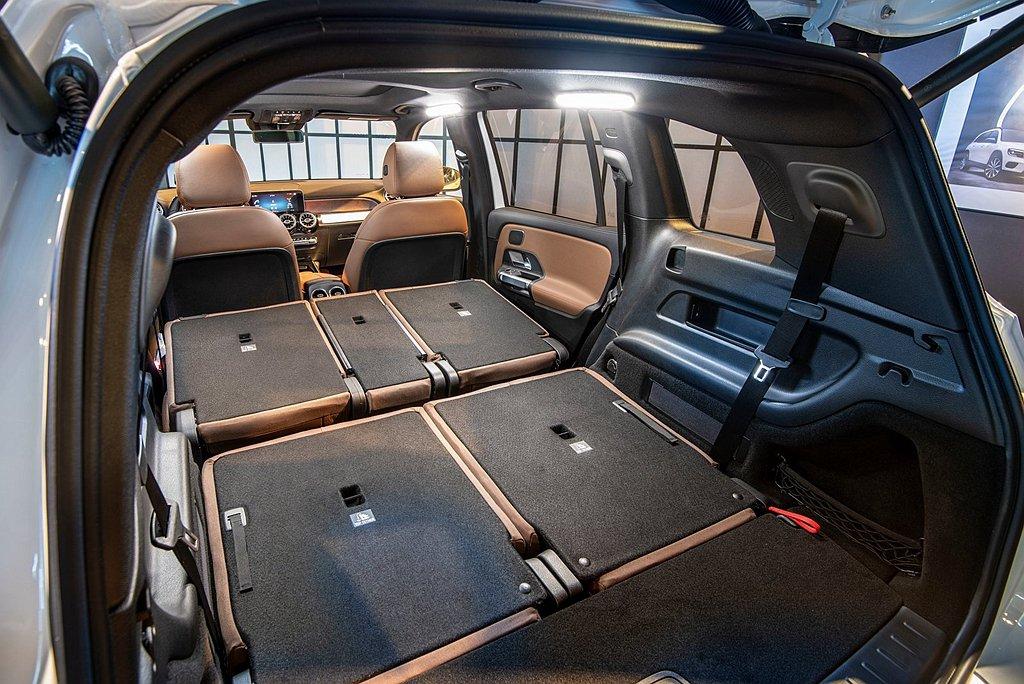 賓士GLB五人座車型具備高達565L的行李廂容量,透過40/20/40的後排座椅...