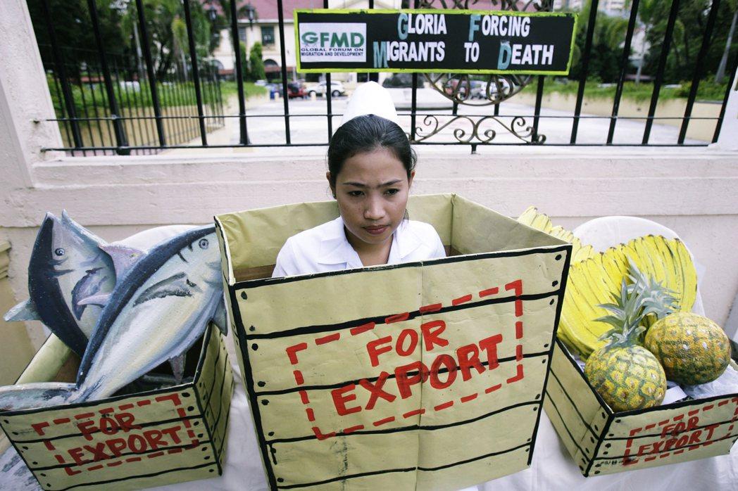 圖為2008年身穿護理師制服的示威者,抗議菲律賓的出口政策。 圖/美聯社