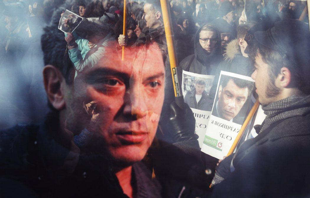 涅姆佐夫逝世後,民眾哀悼並為其不明不白的死亡疑雲抗議示威。 圖/美聯社