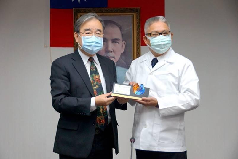 藥師公會全聯會理事長黃金舜(右)致贈感謝銘牌給農糧署長胡忠一(左)。 ...