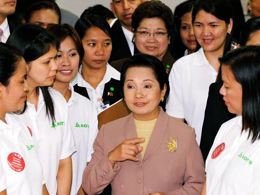 圖為2009年時任菲律賓總統艾若育和參與護理培訓的人員。 圖/法新社