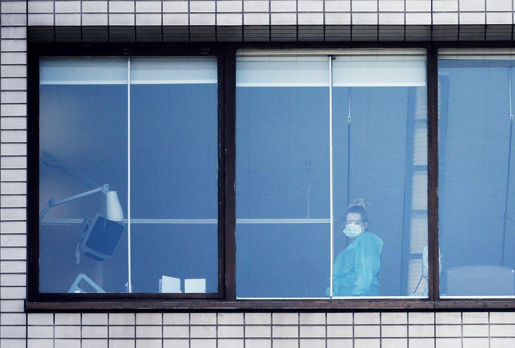 英國身穿個人防護設備(PPE)的醫護人員。 圖/路透社