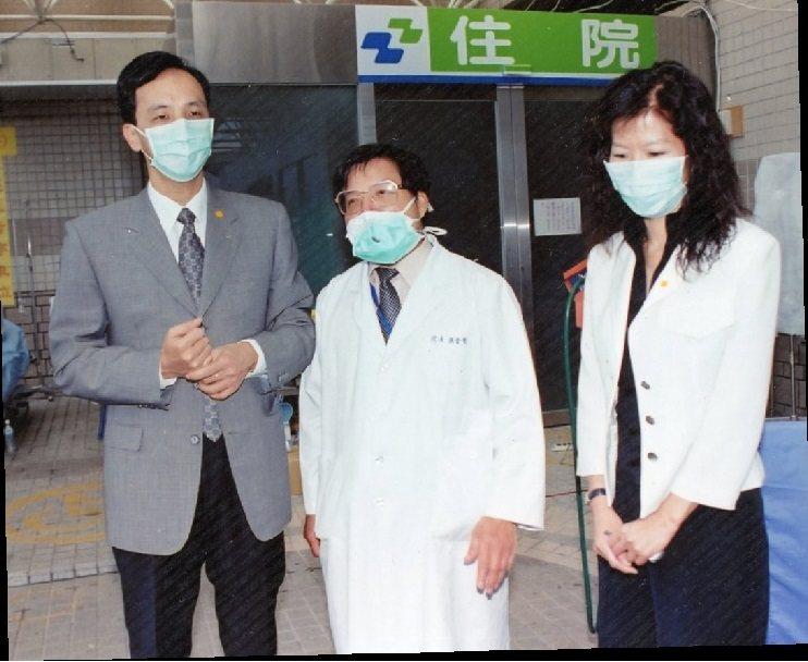 圖說:SARS期間,當時的桃園縣長朱立倫先生前來訪視醫院工作同仁。