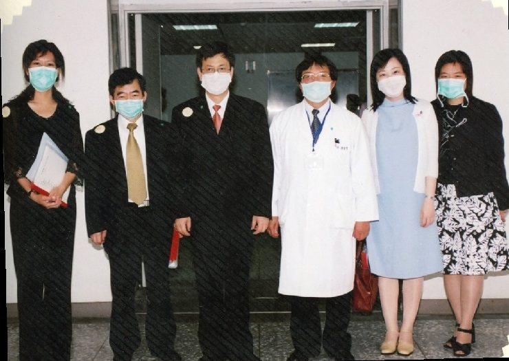 圖說:SARS期間,當時的衛生署長陳建仁先生不辭辛勞,前來關心醫院同仁。