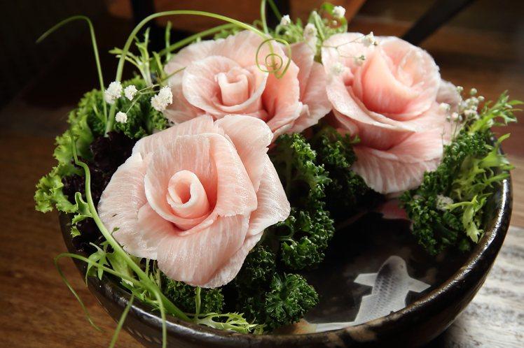 單點的「玫瑰與鯉」,其實是松阪豬肉片,每份690元。記者陳睿中/攝影