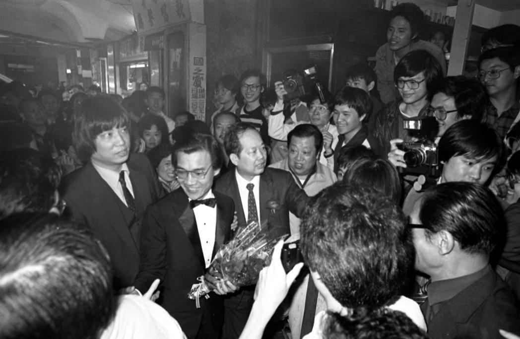 國賓戲院外的觀眾將吳漢團團圍住。圖/報系資料照片