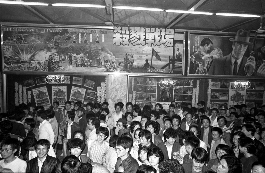 放映「殺戮戰場」的西門町國賓戲院湧進大批觀眾。圖/報系資料照片