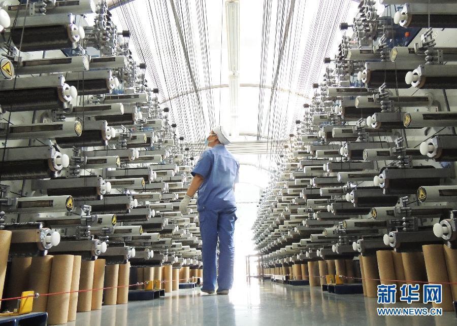 大陸工人在江蘇連雲港市一家企業的碳纖維生產線上工作。新華社
